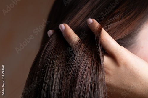 Tela A close up view of a gorgeous young brunette lady with lacquered nails