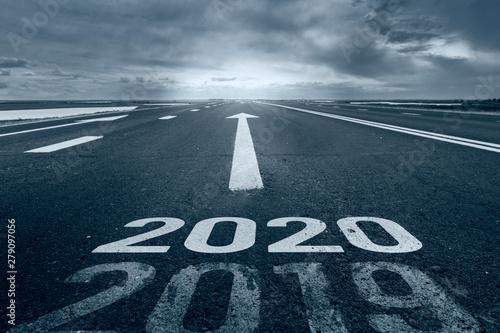 Fotografía  A desert road with the inscription 2019 2020.