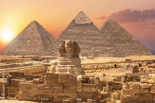 Photo  The Sphinx and the Piramids, famous Wonder of the World, Giza, Egypt
