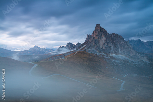 Photo Stands Night blue Panoramic view of Ra Gusela peak in front of mount Averau and Nuvolau, in Passo Giau, high alpine pass near Cortina d'Ampezzo, Dolomites, Italy Mountain road in Italy Alps
