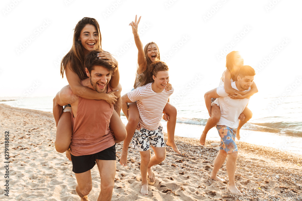Fototapety, obrazy: Group of cheerful happy young friends having fun