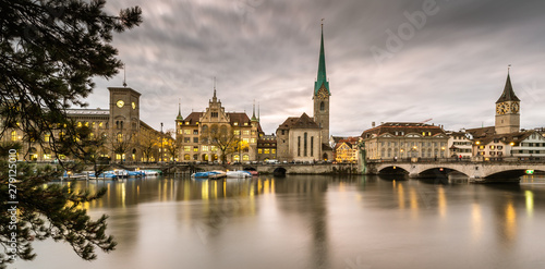 Obraz na plátně  Zurich, Switzerland - view of the old town with the Limmat river