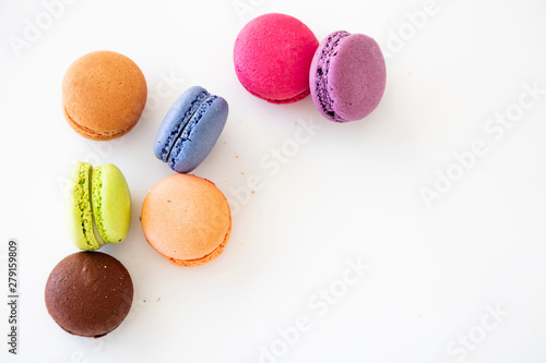 Poster Macarons Colorful macarons on white background, close up view