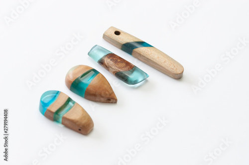 Obraz Ręcznie robiona biżuteria z żywicy i drewna #1 - fototapety do salonu