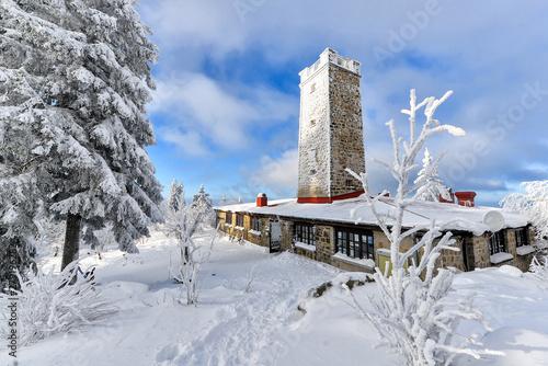 der Asenturm am Ochsenkopf im Fichtelgebirge im Winter mit Schnee Canvas Print