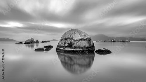 Fotografie, Obraz  Fotografia preto e branco em longa exposição no mar.