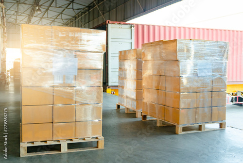 Fotomural Large shipments pallet goods waiting for load into container truck at warehouse dock