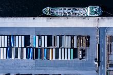 貨物線とコンテナが並...