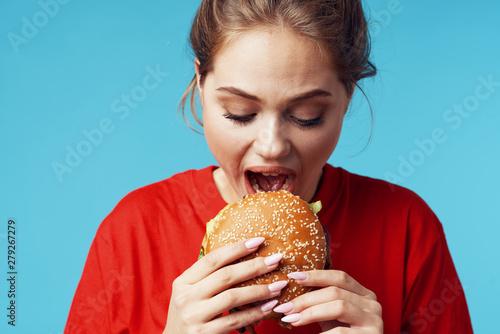 Keuken foto achterwand Kruidenierswinkel young girl eating a sandwich