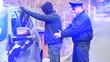 Leinwandbild Motiv Polizist einer Zivilstreife bei Festnahme von Autodieb