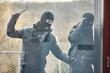 Leinwanddruck Bild - Einbrecher mit Brecheisen schlagen Glas ein