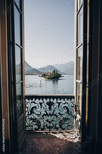 Photo Beautiful view from balcony window at Lago Maggiore and Borromean Islands in sunny light, exploring Italy