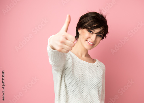Female portrait with positive expressions and thumb up Fototapet