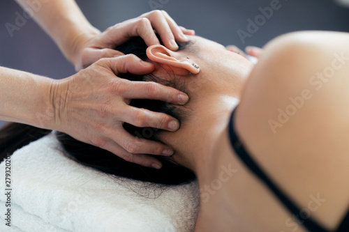 Fotomural Pregnant woman receiving osteopathic or chiropractic treatment in neck in a clinic