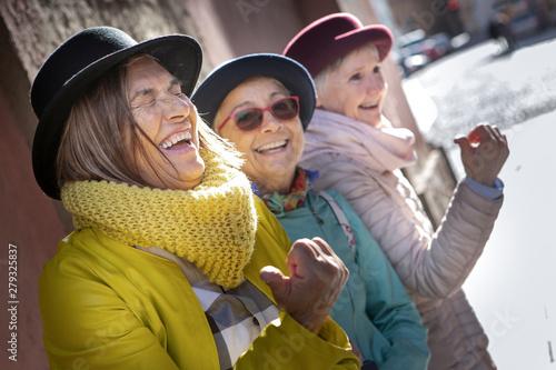 Photo anziane amiche si divertono in viaggio