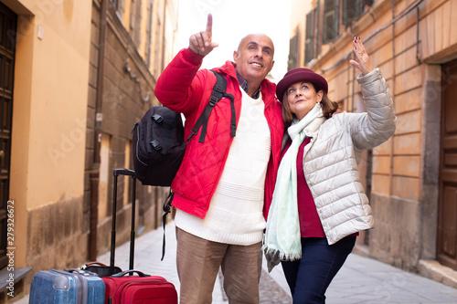 Photo coppia di turisti cammina felice per la citta