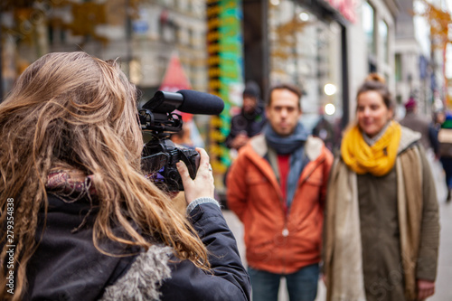 Obraz na plátne Filmmaker captures video in city center