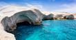 Die weißen Kreidefelsen von Sarakiniko auf Milos, Kykladen, Griechenland, beliebte Touristenattraktion mit blauem Meer und einzigartigen Felsformationen