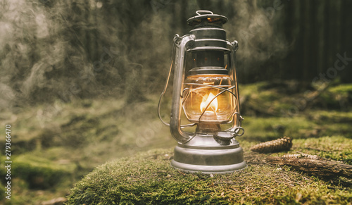Photo  Hiker ignite a Gasoline lantern in the forest