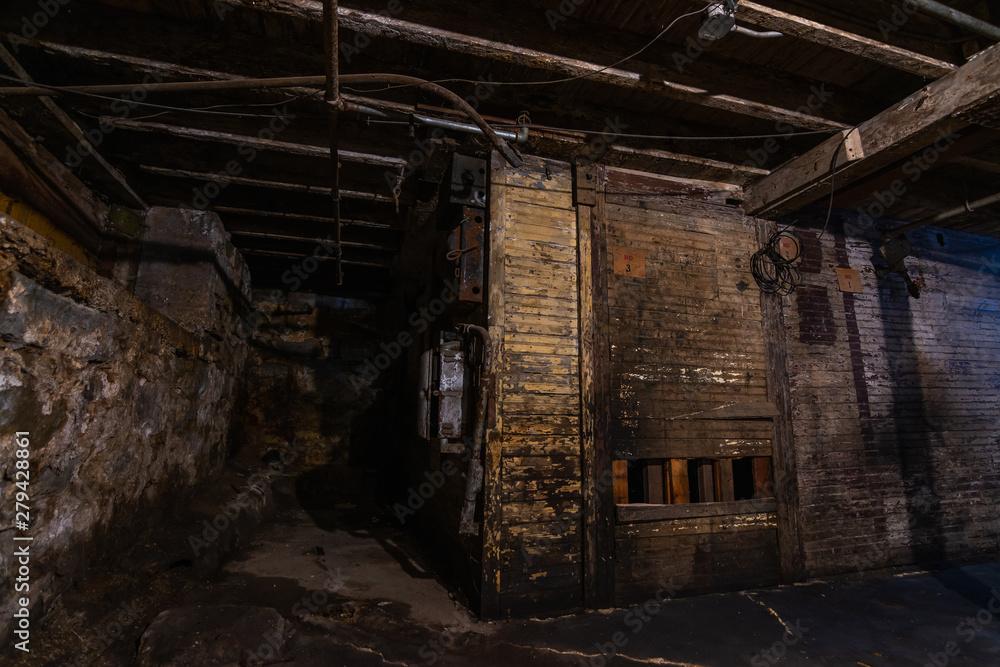Photo  Grungy warehouse basement