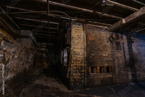 Photo  Grungy warehouse basement