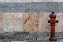 Idrante Rosso Con Sfondo Muro ...