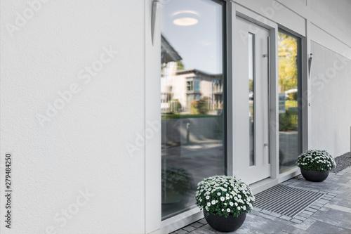 Fototapeta  weisse Haustür mit Glaseinsatz