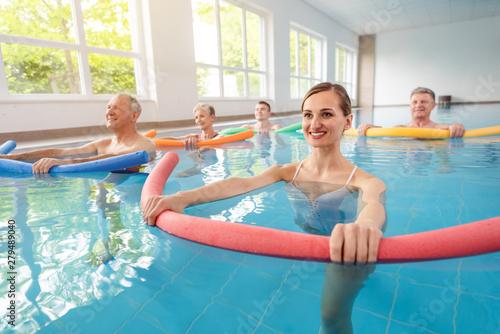 Fényképezés Patienten bei der Remobilisierung im Pool während der Aqua Gymnastik