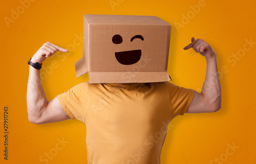 Poster Fleur Funny man wearing cardboard box on his head with smiley face