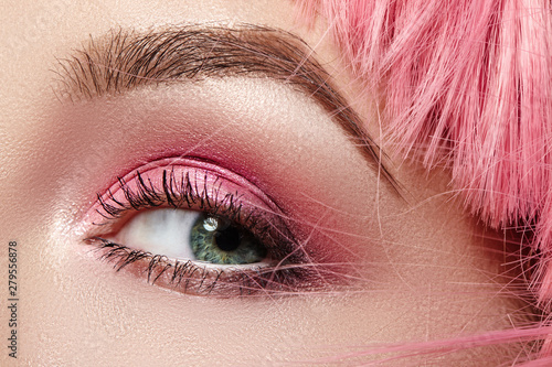 Foto op Plexiglas Beauty Closeup Macro of Pink Fashion Eye Make-up. Expressive Makeup, Bright Summer Eyeshadows, Magenta Color Hair, Shiny Skin