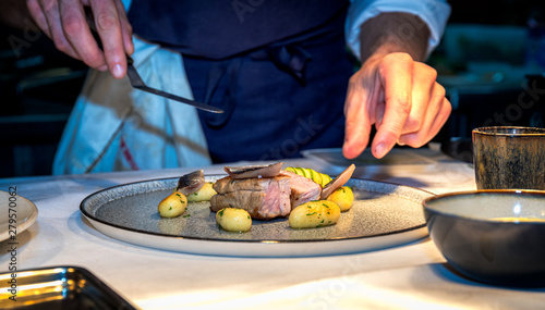 Fotografía Chef preparing luxury meal made of meat and gnocchies