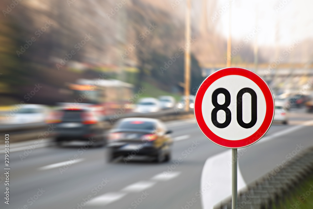 Fototapeta Traffic sign showing speed limit on a highway full of cars