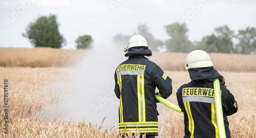 Fototapeta Feldbrand, Feuerwehr im Einsatz