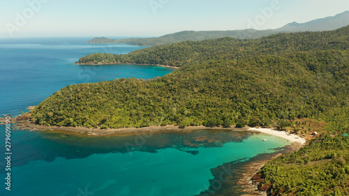 Foto Aerial view beautiful tropical beach in the cove with blue lagoon and turquoise water surrounded by rainforest