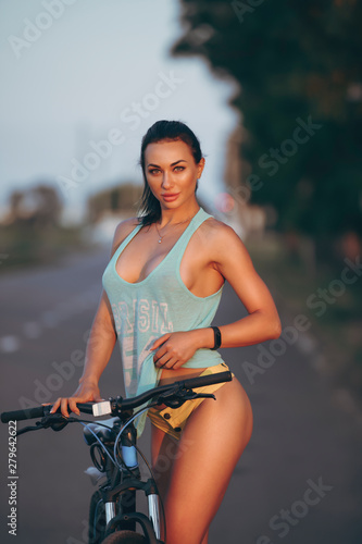 Photo Sexy woman with bicycle in shirt