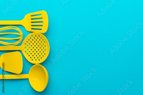 Fotografía Top view photo of vivid plastic kitchen utensils