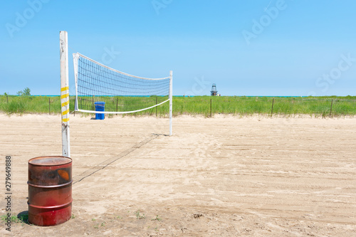 Photo  Volleyball Net at a Rogers Park Chicago Beach with Native Plants in the backgrou