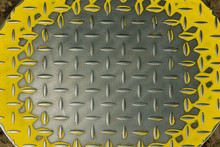 Metal Grooved Plate With Yellow Trim