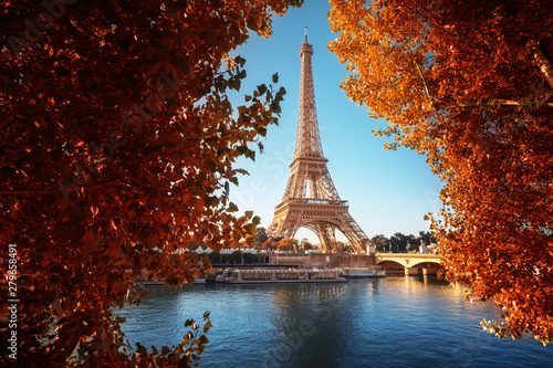 Montage in der Fensternische Braun Seine in Paris with Eiffel tower in autumn time