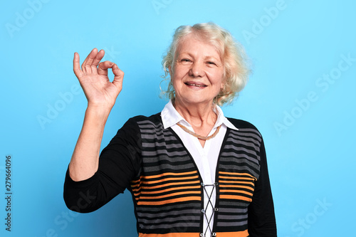 Photo Smiling cheerful senior lady gesturing, showing ok sign