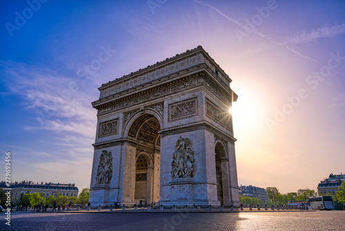 Valokuva  A view of the Arc de Triomphe located in Paris, France.