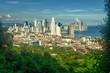 Rascacielos de la ciudad de Panamá vistos desde el cerro Ancón. Vista de la ciudad de Panamá desde el cerro Ancón. Agua y rascacielos en el horizonte. Hermoso cielo azul despejado