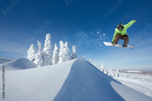 Photo sur Aluminium Glisse hiver A Snowboarder Jumping