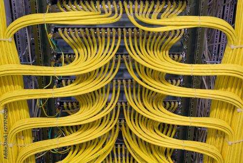 Photo Netzwerk Switch und Netzwerkkabel in einem Rechenzentrum