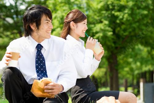 Fototapeta 昼食を摂るスーツの男女 obraz