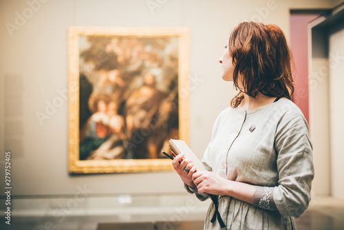 Photographie Young woman sketching in Museum