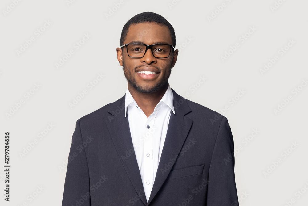 Fototapeta Smiling black man in suit posing on studio background