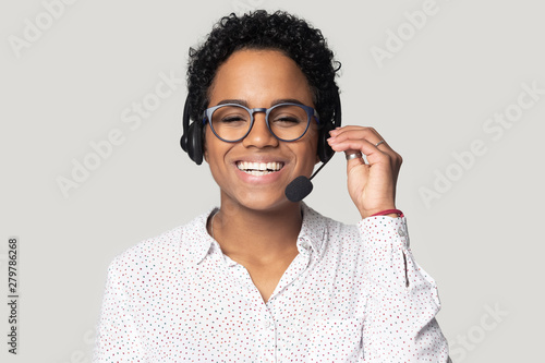 Photo Portrait of smiling biracial female call center agent in headset