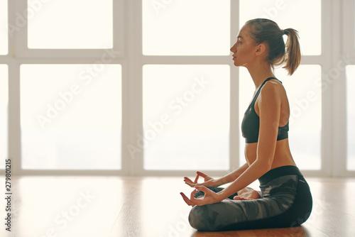 Fotografia  Woman doing mudra during yoga flow