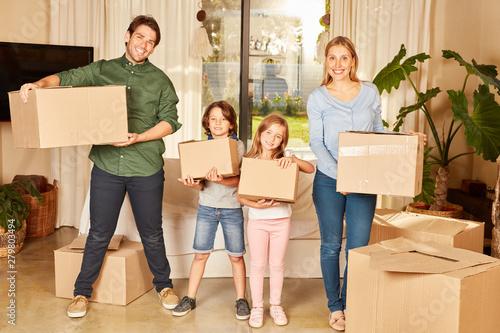 La pose en embrasure Individuel Eltern und zwei Kinder mit Umzugskartons